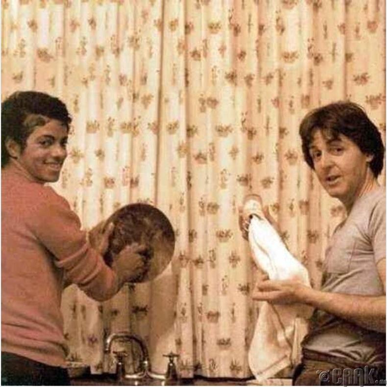 Майкл Жексон, Пол Маккартни нар (Michael Jackson, Paul McCartney) таваг угааж байгаа нь, 1982 он