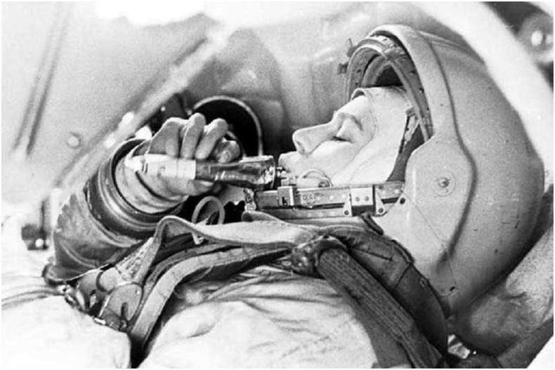 Анхны сансрын нисгэгч эмэгтэй Валентина Терешкова сансрын хүнс туршиж буй нь - 1963 он