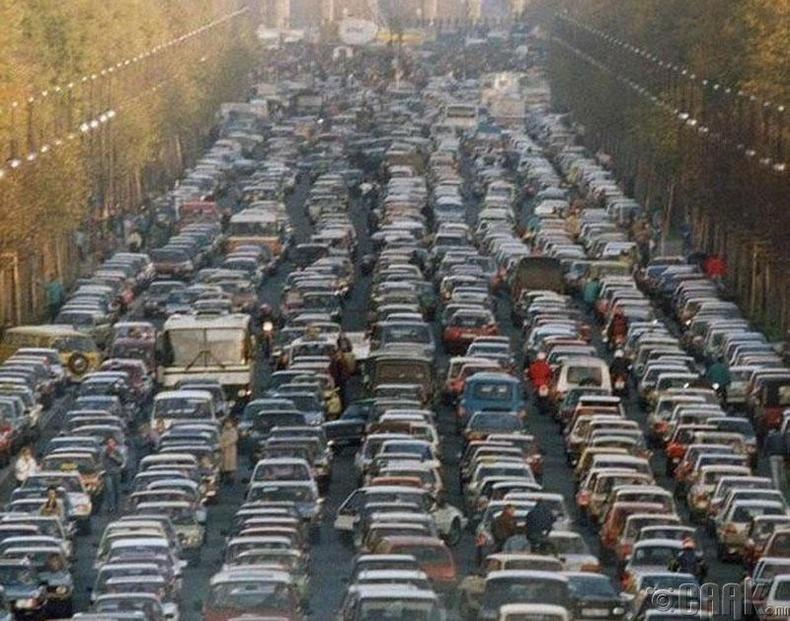 Бранденбургийн А хаалга-1989 онд Берлиний ханыг нураасны дараа Зүүн Германаас Баруун Герман руу орох хаалган дээр үүссэн замын түгжрэл