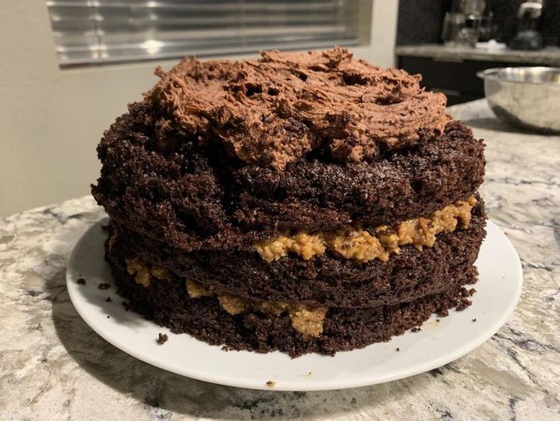 Эхнэр маань сайхан амттай бялуу хийсэн ч гадаад үзэмжийг нь орхигдуулжээ