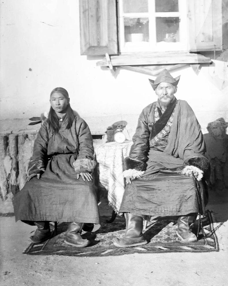 Хүүхэн хутагт хэмээн олноо алдаршсан Найдансүрэн, Төвдийн Саж лам Жамъянданзантай хамт 1920-иод он.