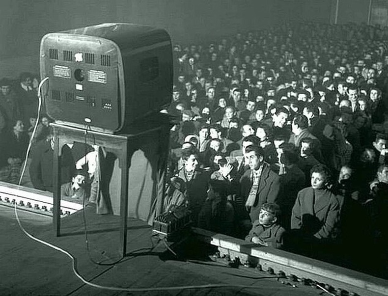 Театрт зурагтын дэлгэцээр кино үзэж буй хүмүүс