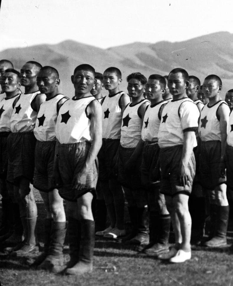 АХ-ын 30 жилийн наадмын нээлтийн өмнө жагссан эрчүүд - 1951 он