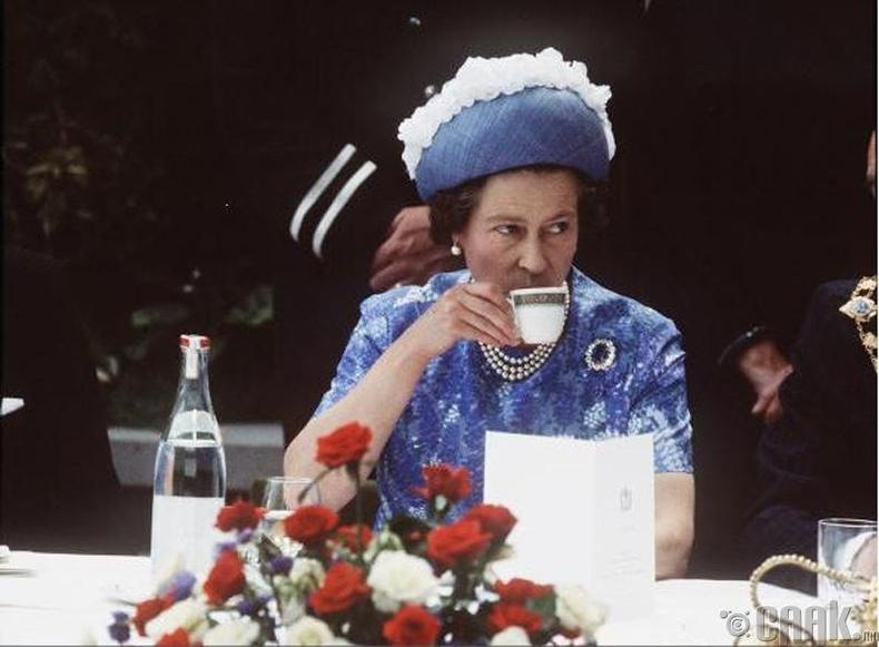 Өглөөний цайнаас өмнө цай ууж, жигнэмэг иддэг