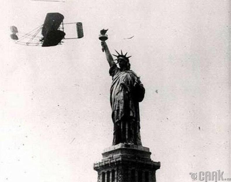 1909 оны 10-р сарын 4-нд Нью-Йорк хотод болсон Ялалтын баярын үеэр Вилбур Райт Эрх чөлөөний хөшөөг тойрон 33 минут нислэг хийж байжээ