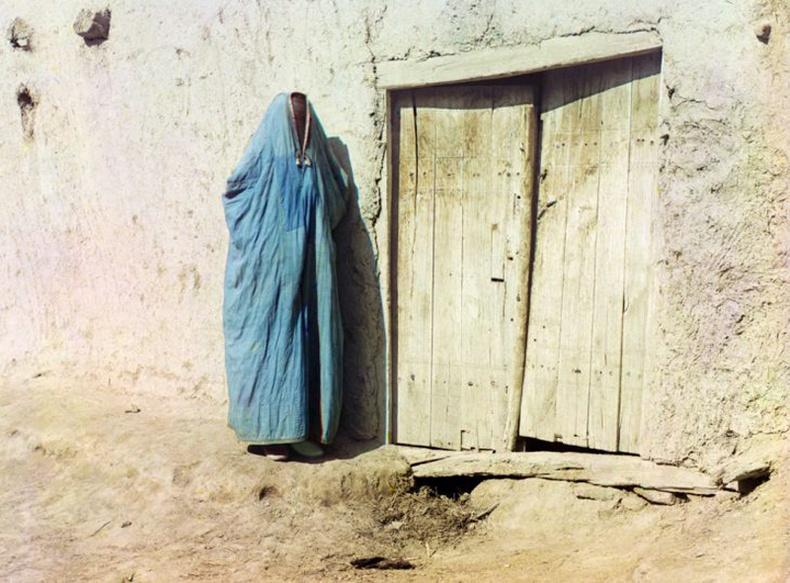 Сарт эмэгтэй. Тухайн үед Казахстанд амьдарч байсан Узбек эмэгтэйчүүдийг тэгж нэрлэдэг байжээ - 1910 он