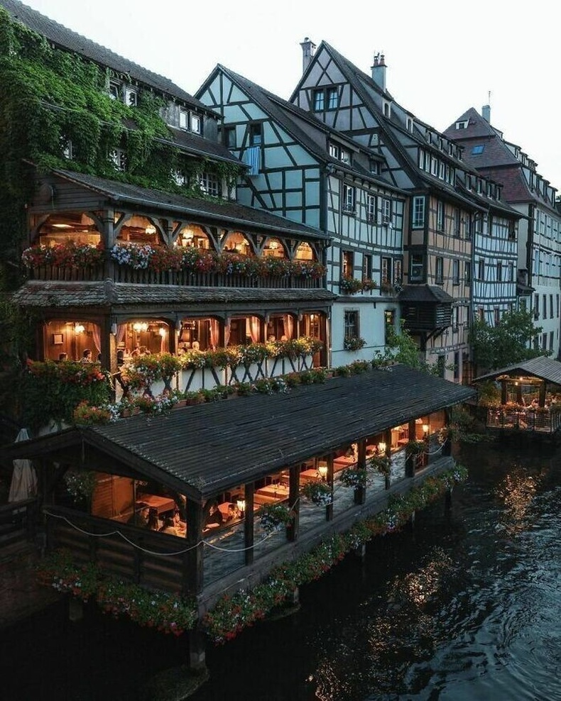 Францын Страсбург хотын түүхэн Petite France хорооллын Бол голын эрэг дээрх ресторан