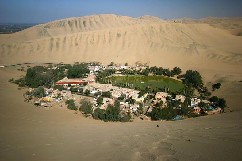 Перугийн цөлд байх Хуакашина баянбүрд (200 хүн энд амьдардаг)