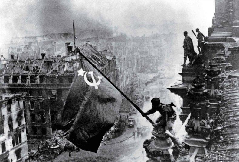 Рэйхстагд тугаа өргөсөн нь (1945 он)