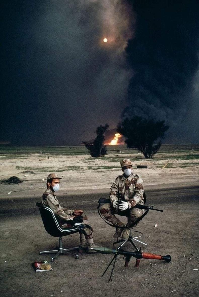 Кувейтийн цэргүүд шатаж буй нефтийн цооногийн өмнө, Персийн булангийн дайны үеэр