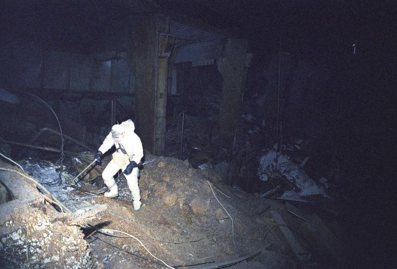Чернобылийн сүйрсэн станц дотор ганцаараа судалгаа хийж буй эрдэмтэн