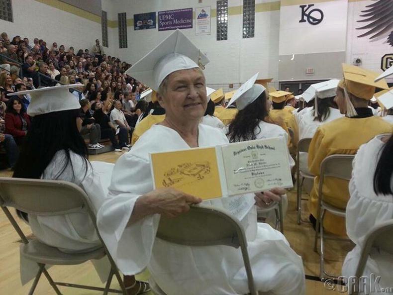73 настайдаа сургуулиа төгссөн нь