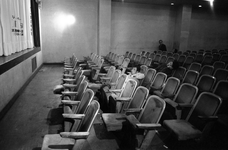 Шөнийн кино театр сүүлийн үзвэрийн дараа- Токио хот, 1977 он