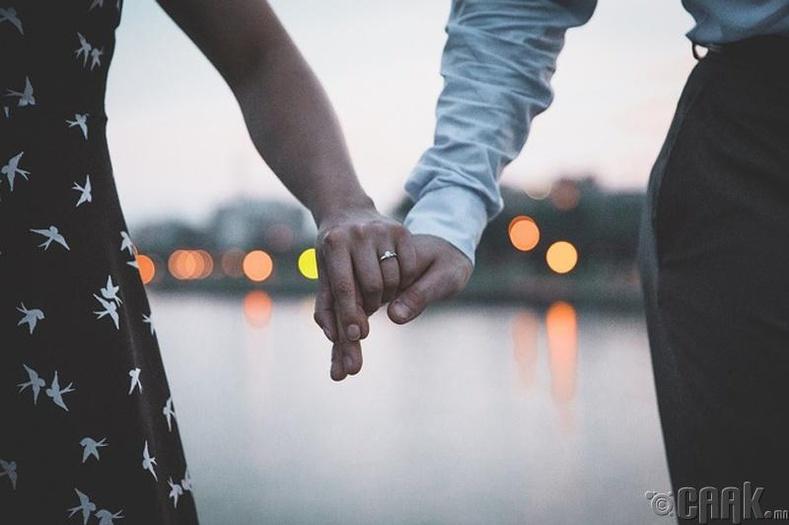 Найз бүсгүйдээ гэрлэх санал тавихыг хүссэн хэлгүй, дүлий залуу