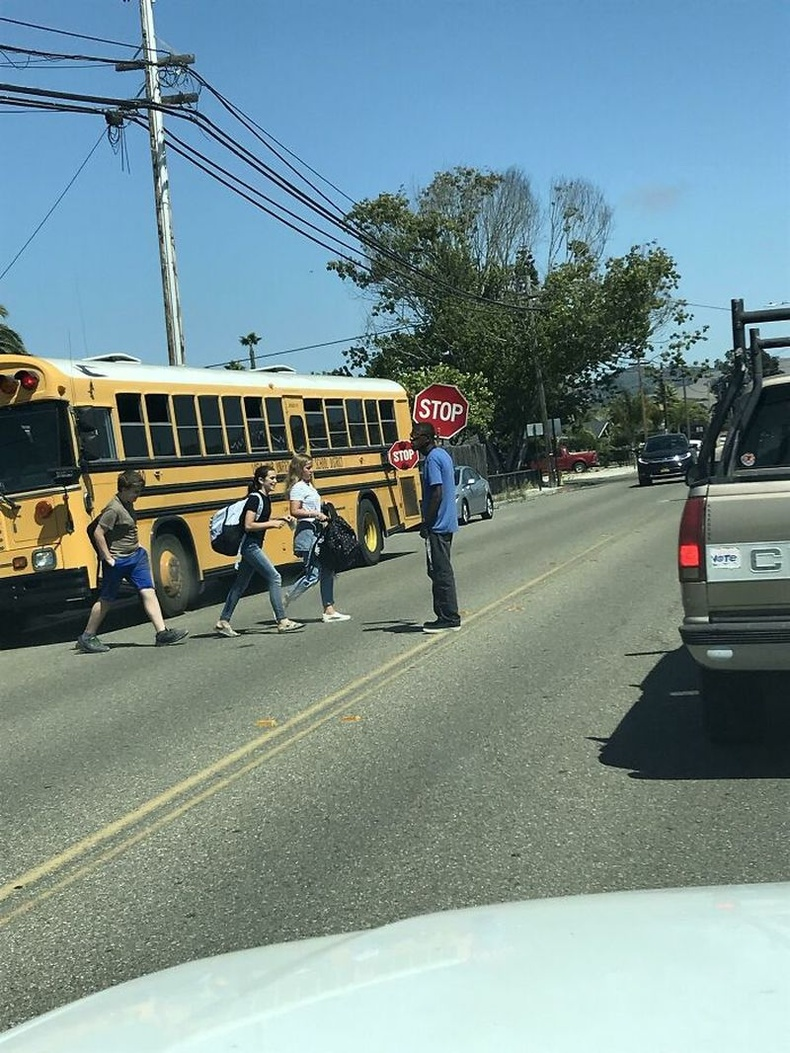 Энэхүү жолооч өөрөө автобуснаасаа бууж ирээд, хүүхдүүдийг аюулгүй зам гарах нөхцөлийг хангаж өгдөг