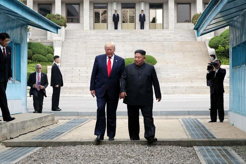 Хойд Солонгост хөл тавьсан Америкийн анхны ерөнхийлөгч болов (2019.6.30)