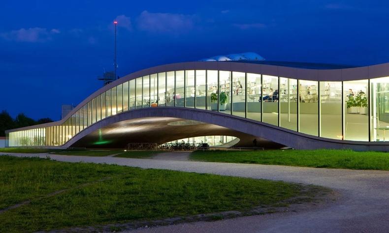 """Швейцарийн Лозанн хот дахь """"Rolex""""-ийн нэрэмжит сургуулийн барилга Япон архитекторын ур ухаанаар баригджээ"""