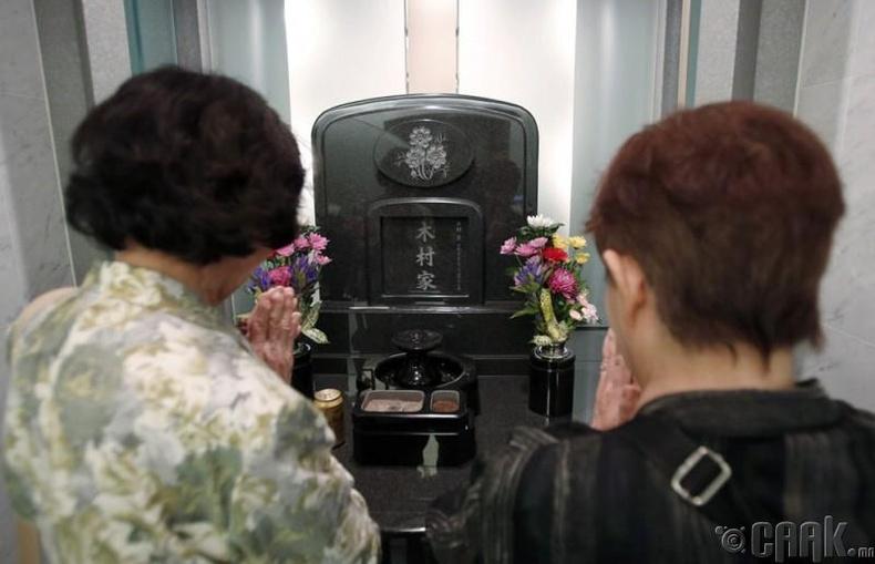 Юүко Кимура эгчийнхээ хамт нөхрийнхөө булшинд мөргөж буй нь