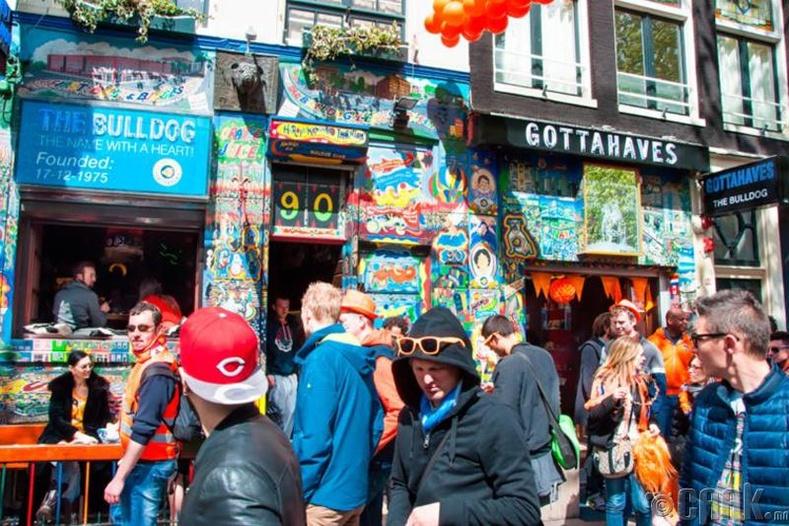 Нидерландын Амстердам хотод хүн ихтэй гудамж руу орвол торгуультай байдаг