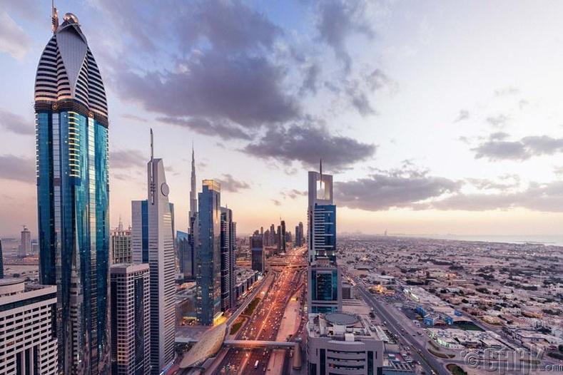 Арабын Нэгдсэн Эмират улс - Хосууд гараа барилцах, үнсэлцэх
