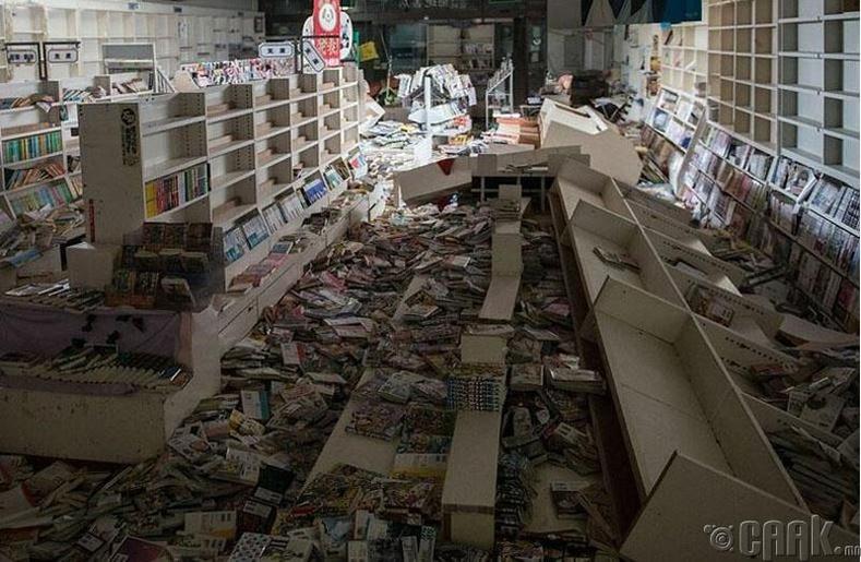 Газар хөдлөлтөд сүйдсэн номын дэлгүүр