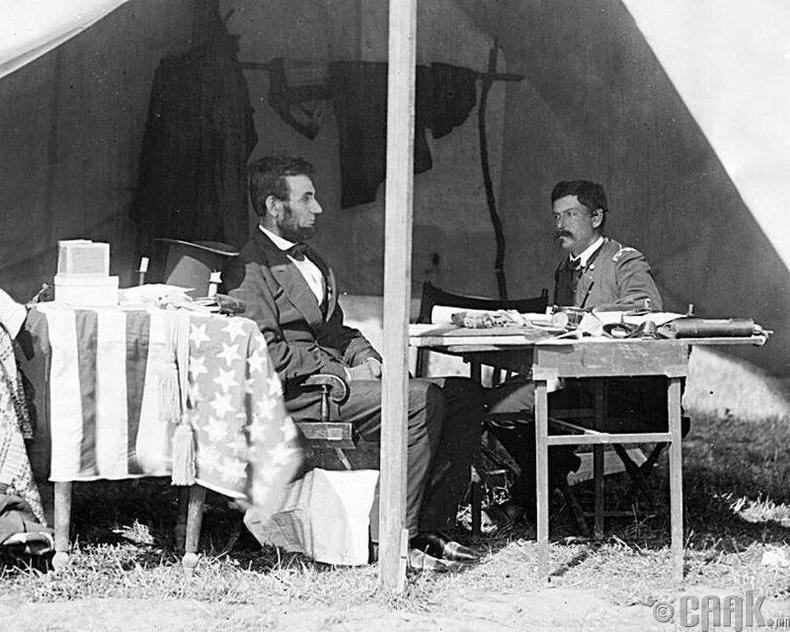 Хэлэлцээр- 1862 оны 10-р сарын 3-нд Абрахам Линкольн, генерал Жорж Макклеллан нар генералын майханд