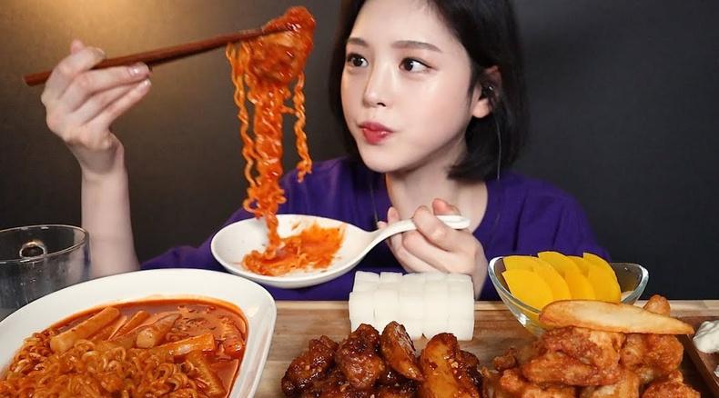 """""""Мукбанг"""" бичлэгийн од бүсгүй үнэндээ хоолоо иддэггүй байсан нь илчлэгджээ"""