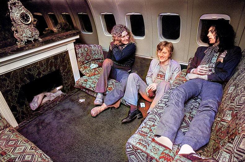 """""""Led Zeppelin"""" хамтлагийнхны аялан тоглолтдоо ашигладаг хувийн онгоц дотор"""