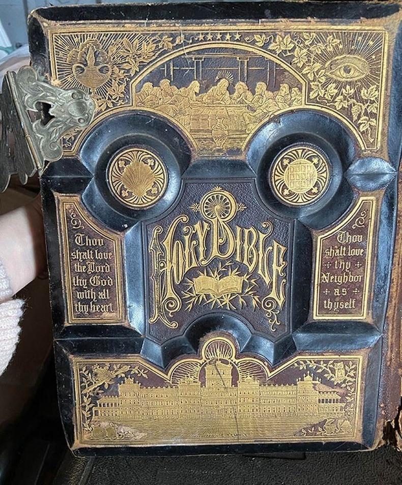 Аавынхаа гаражийг цэвэрлэж байхдаа 1881 оны библи олжээ.