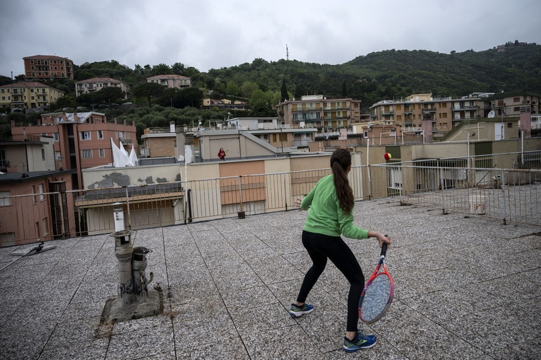 Витториа Оливери, Карола нар байшингийнхаа дээвэр дээрээс тэннисийн бэлтгэл хийсэн нь