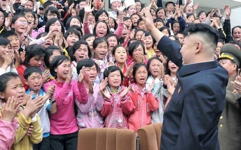 Их удирдагчаа анх удаа харсан Хойд Солонгос хүүхдүүд