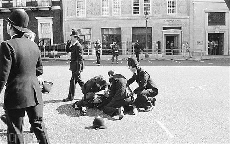 Лондон дахь Ливийн элчин сайдын яаманд буун дуу гарч цагдаагийн албан хаагч амь үрэгдсэн нь