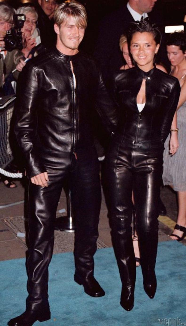 """Лондон дахь """"Versace"""" брендийн үдэшлэгт хоёул арьсан хослолоор гангарсан харагдана (1999 он зургаан сар)"""