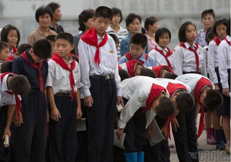 Пхеньян дах хүүхдүүд их удирдагчдаа хүндэтгэл үзүүлэхээр бэлтгэж буй нь -2012 он