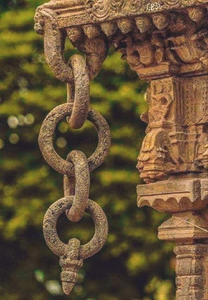 Ганц бул чулууг зорж хийсэн энэхүү гинж Энэтхэгийн Варадхаражийн сүмээс өлгөөтэй байдаг