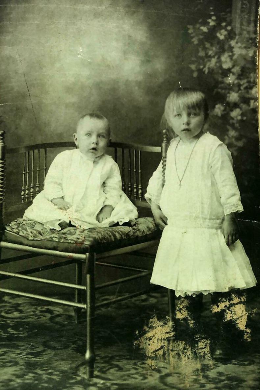 """""""Манай өвөө, нагац эгч хоёрын багын зураг"""""""