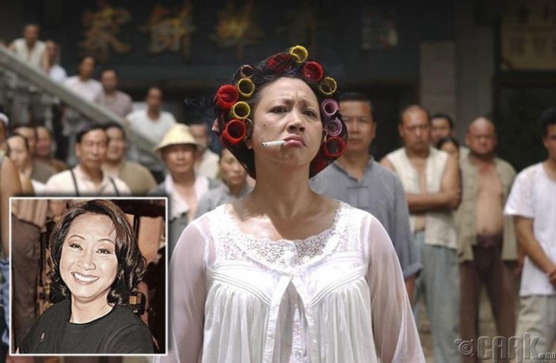 Юэнь Цио найзыгаа дэмжихээр ирээд байрны эзэн эмэгтэйн дүрд сонгогдож байжээ.