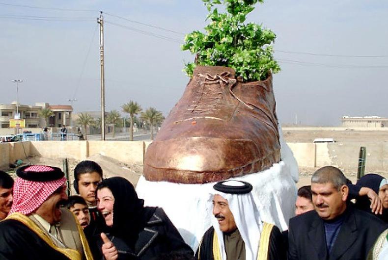 Жорж Буш руу шидсэн гутлын хөшөө Иракийн Тикрит хотод бий