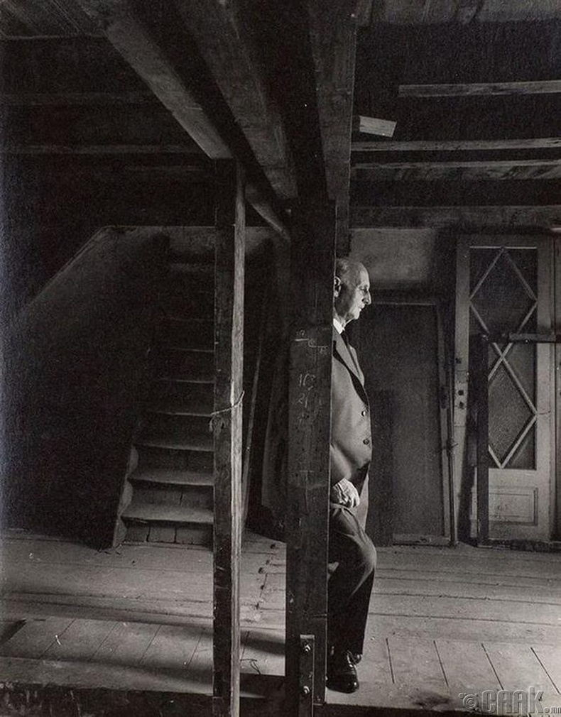 Аннэ Франкийн аав нацистуудаас нуугдаж байсан байрандаа зогсож байгаа нь (1960 он)