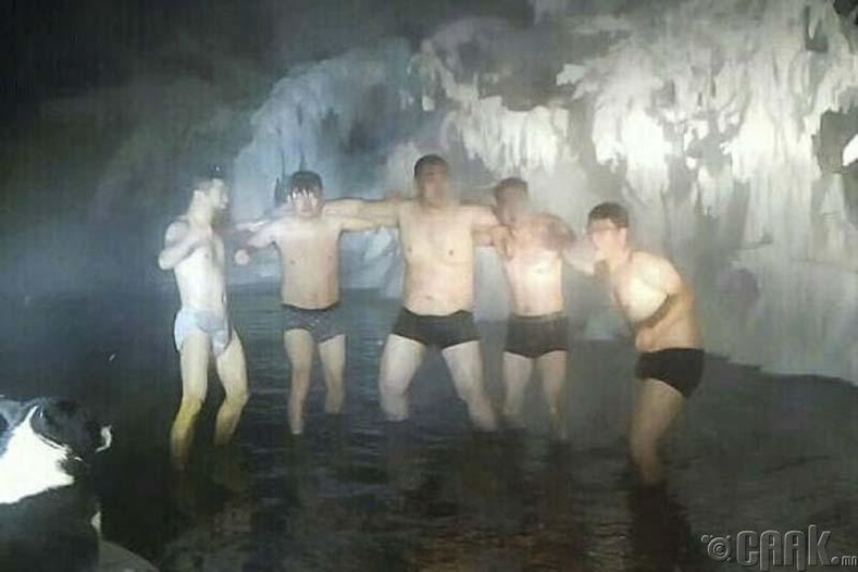 -60 хэмийн хүйтэнд усанд орж буй Хятад жуулчид