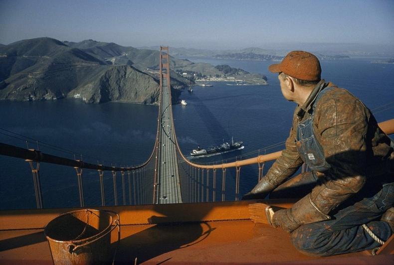 """Сан Францискогийн """"Голден Гэйт"""" гүүрийг будаж буй ажилчин"""