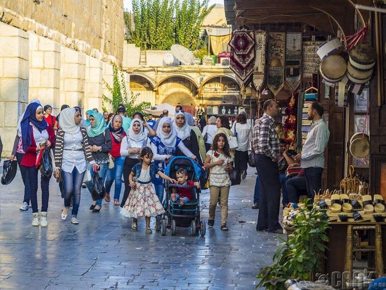 Дамаск хотын гудамжаар алхах хүмүүс