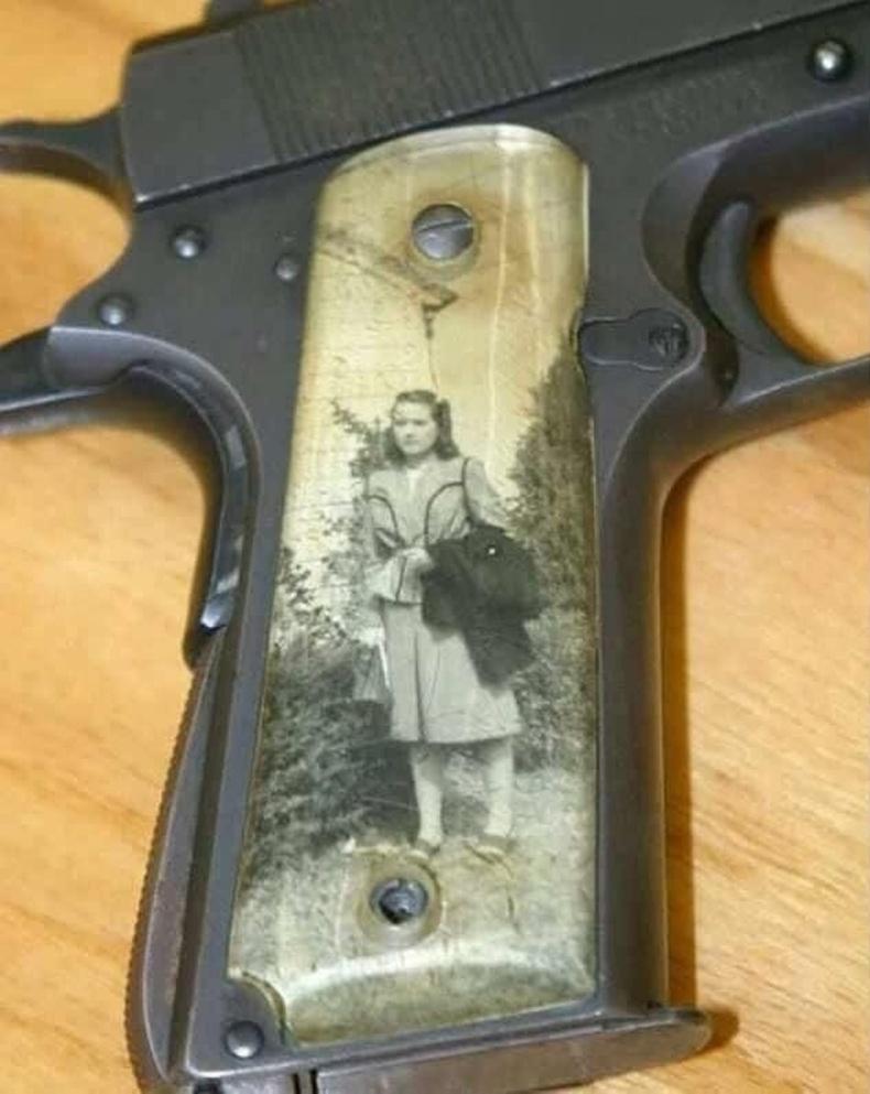 Дэлхийн 2-р дайны үеэр цэргүүд гар бууныхаа бариул дээр гэр бүлийнхээ зургийг хэвлүүлэн авч явдаг байжээ