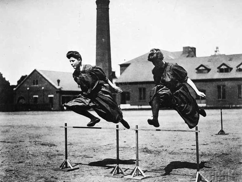 XX зууны эхэн үеийн спортын уралдаан тэмцээнүүдэд эмэгтэйчүүд ийм хувцастай оролцдог байв