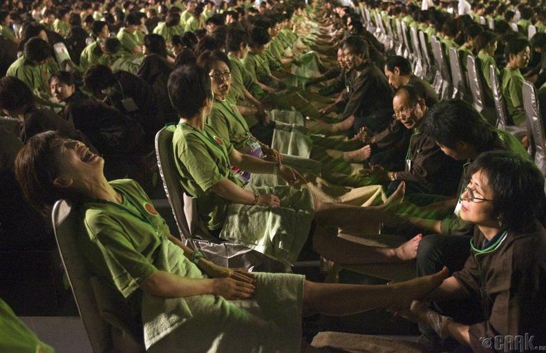 Тайпейд нэгэн зэрэг 2000 хүн хөлний массажинд орж Гиннесийн рекорд тогтоожээ