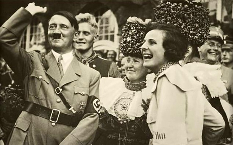 Адольф Гитлер болон түүний нөхөд германчуудын тархийг ингэж угааж байжээ