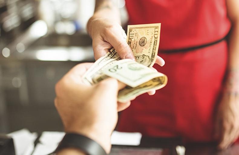 Их хэмжээний цайны мөнгө үлдээх