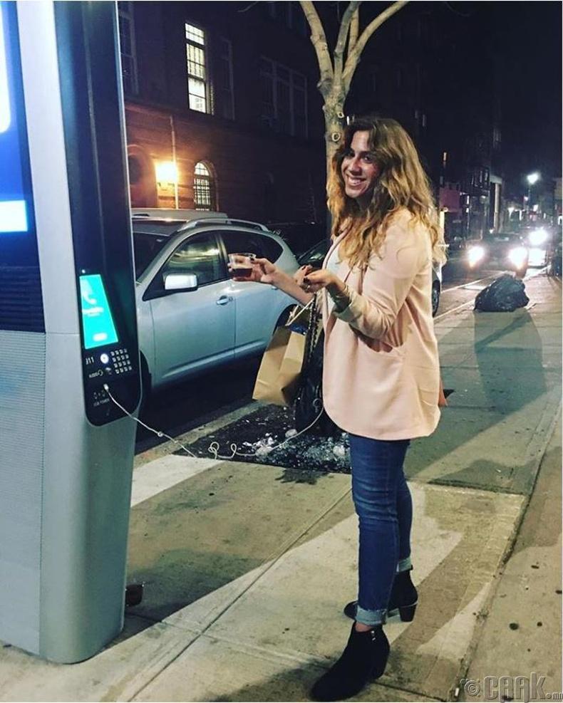 Нью-Йорк хотын иргэд гудамжинд утсаа цэнэглэж болдог