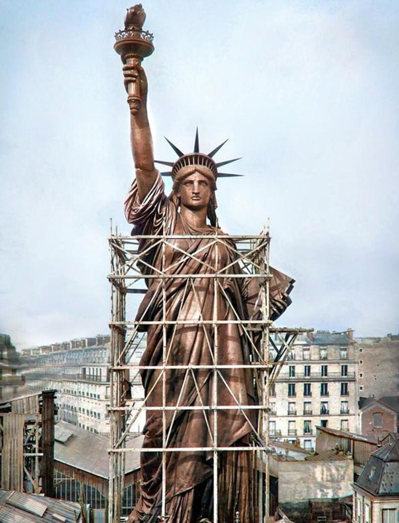 Эрх чөлөөний хөшөө Америк руу ачигдахаасаа өмнө (Парис, 1886)
