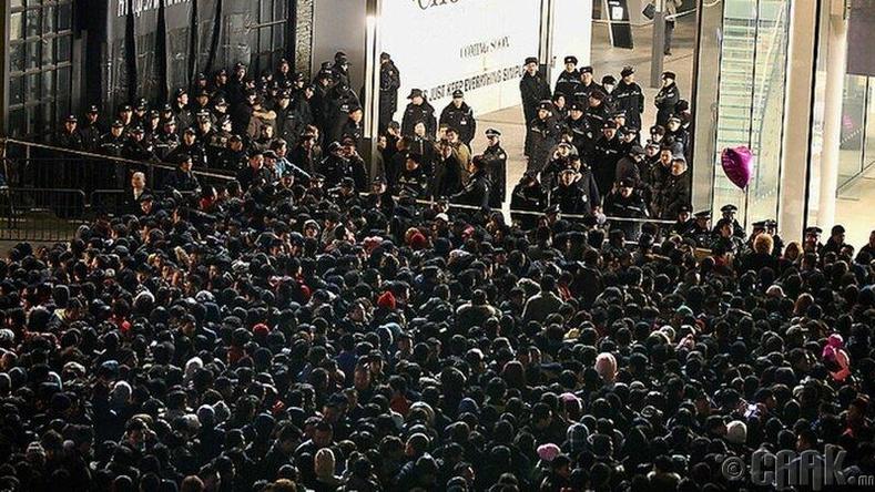 Шинэ iPhone авахаар цугласан олон, Хятад